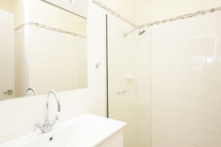Private room near city - Footscray - Daire