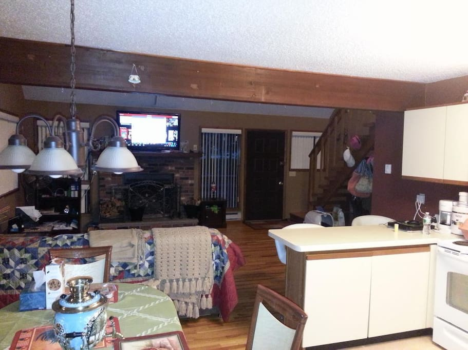 Large living room and dining space, big screen tv, fireplace, playstation 4.