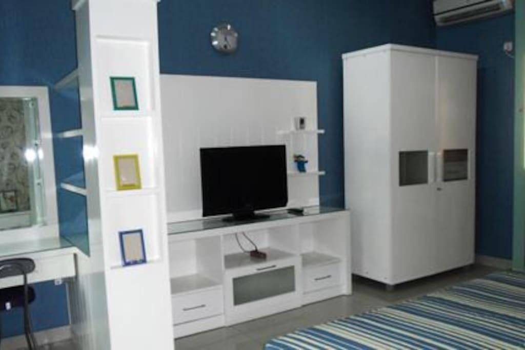 lemari pakaian dan TV