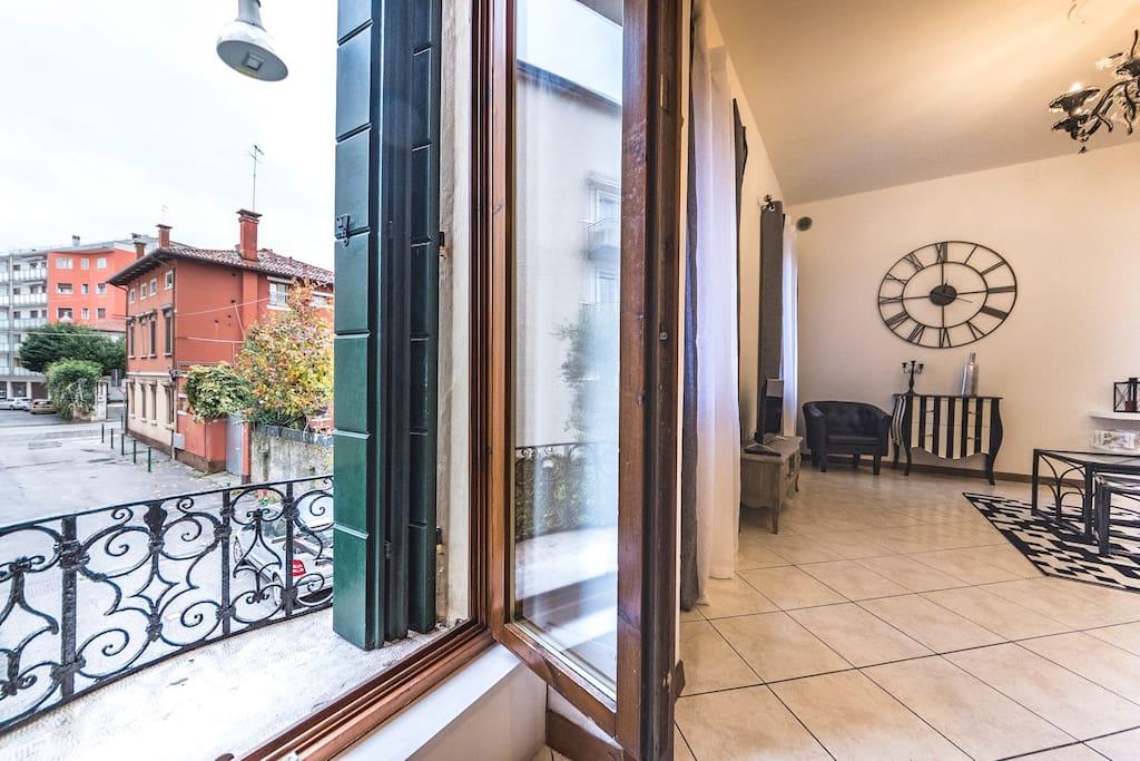Living room and view on the private street! Soggiorno e vista sulla stradina privata!