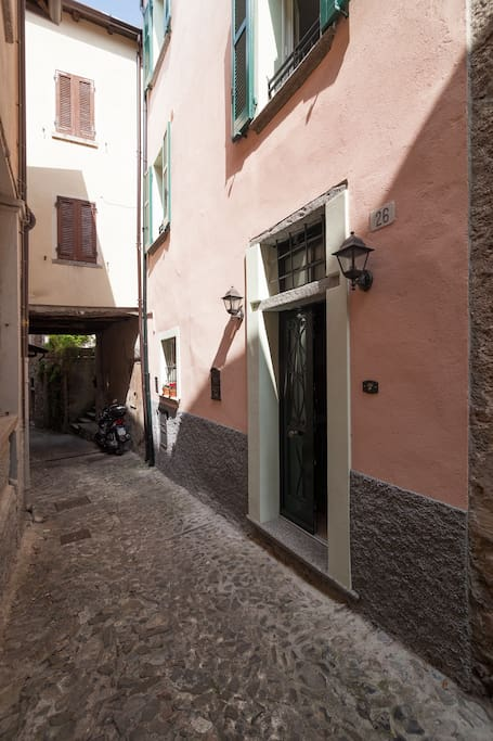 l'entrata della casa nel borgo medievale