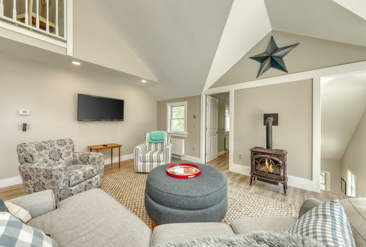 New listing! Secluded, modern farmhouse w/ gas fireplace, full kitchen & balcony