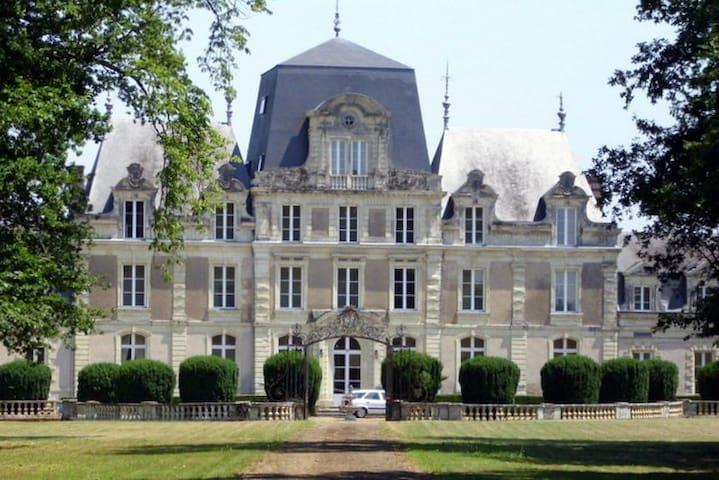 Suite Chateaubriand dans château des Grands Ruaux