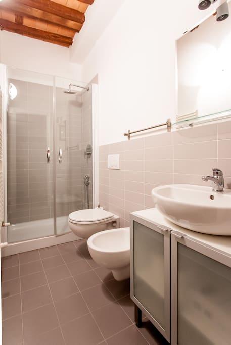 uno dei tre bagni,con ampia doccia, vicino alla camera