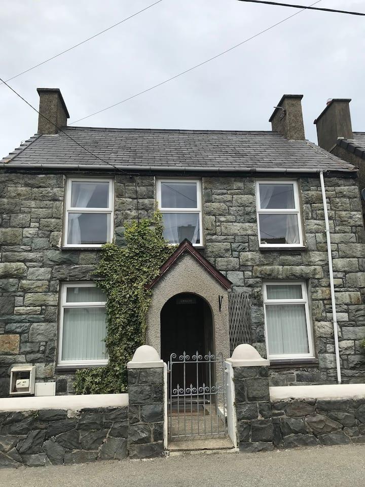 Cwellyn, Llanrug. Sleeps 5. Llanberis Caernarfon