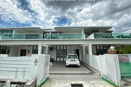 Leo's Homestay Sitiawan(NewUpdate!!HighSpeedWifi)