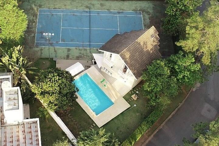 Casa com quadra e piscina em condomínio fechado