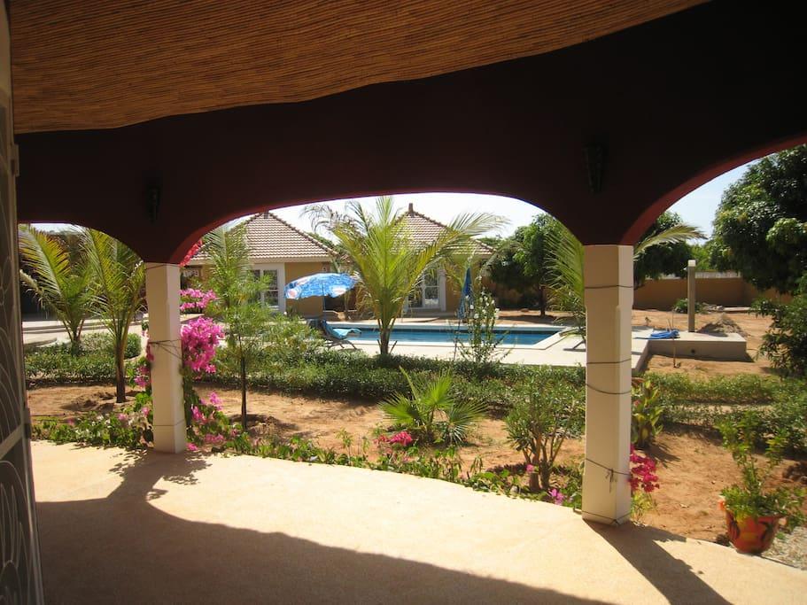 Vue sur piscine de la terrasse de la maison