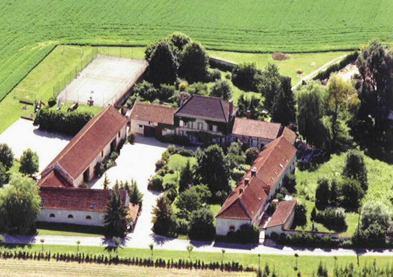 Le gîte se trouve dans l'aile en bas à gauche sur la photo aérienne. Le lieu idéal pour un séjour convivial en famille ou entre amis, pour découvrir la région, visiter les caves des Maisons de Champagne, profiter des dégustations de champagne.