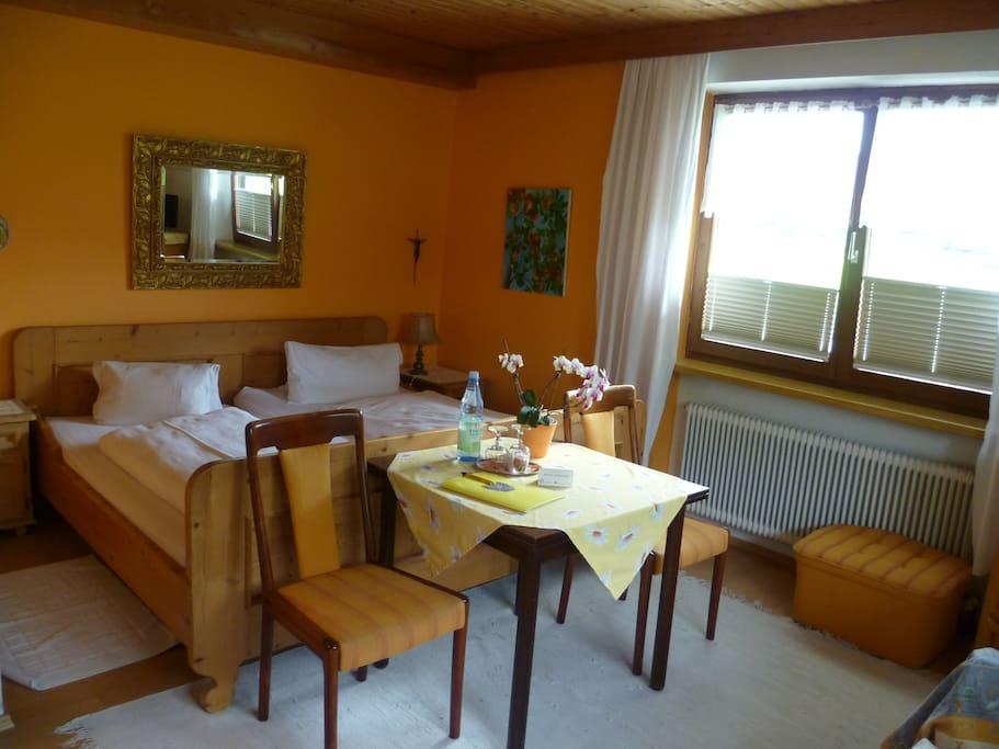Komfortzimmer im Erdgeschoss mit DU/WC, Kabel-TV,kostenfreier WLAN-Anschluß, FON, Kühlschrank