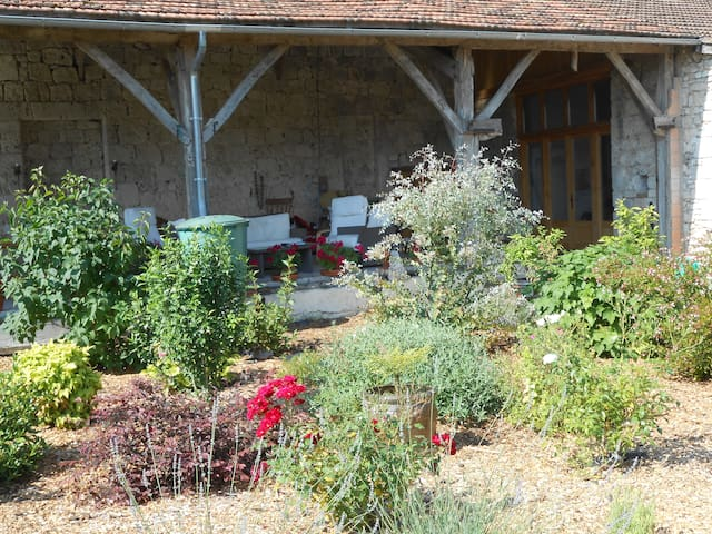 Spacious rooms in working farmhouse - Sainte-Sabine-Born - Bed & Breakfast