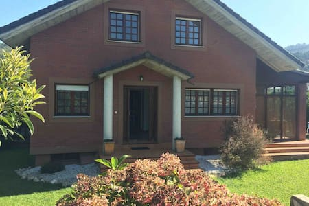 Casa con jardín cerca del mar  a 40 min de Bilbao
