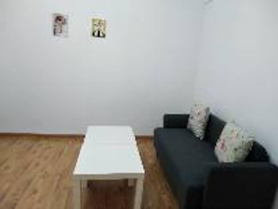 宽敞的客厅配上宜家精选的舒适沙发,陷进去就疲劳尽失