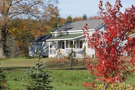 Charming Farmhouse on 125 Acres - South New Berlin - 独立屋