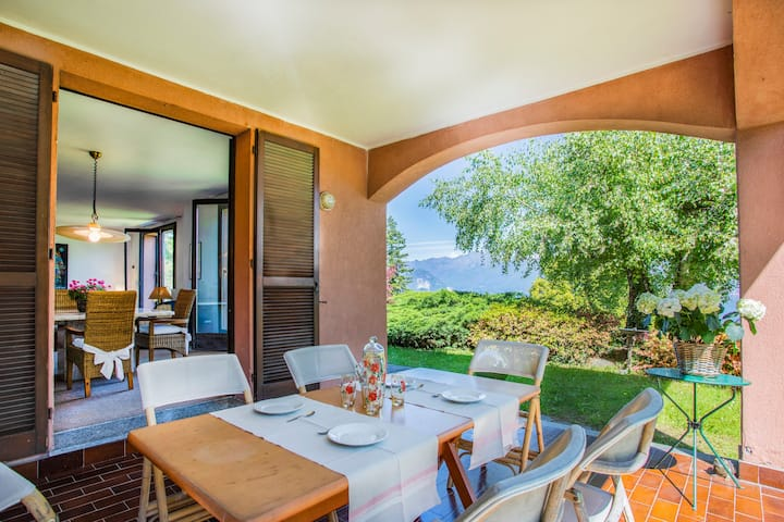 Villa Giada with garden and relaxing lakeview
