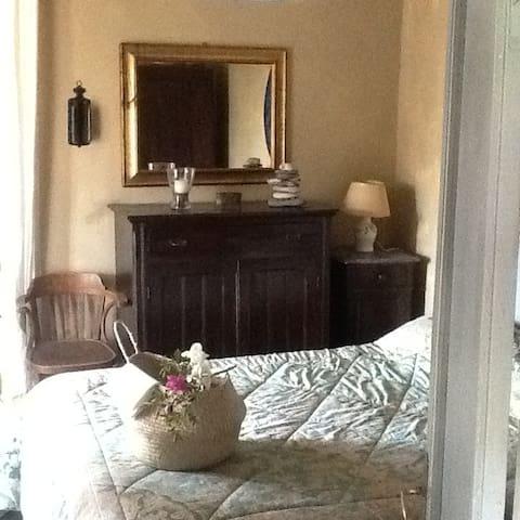camera da letto principale con bagno attiguo