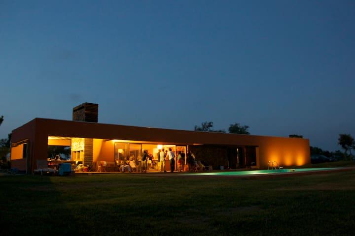 Monte Alentejano com arquitetura moderna única - PT - Villa