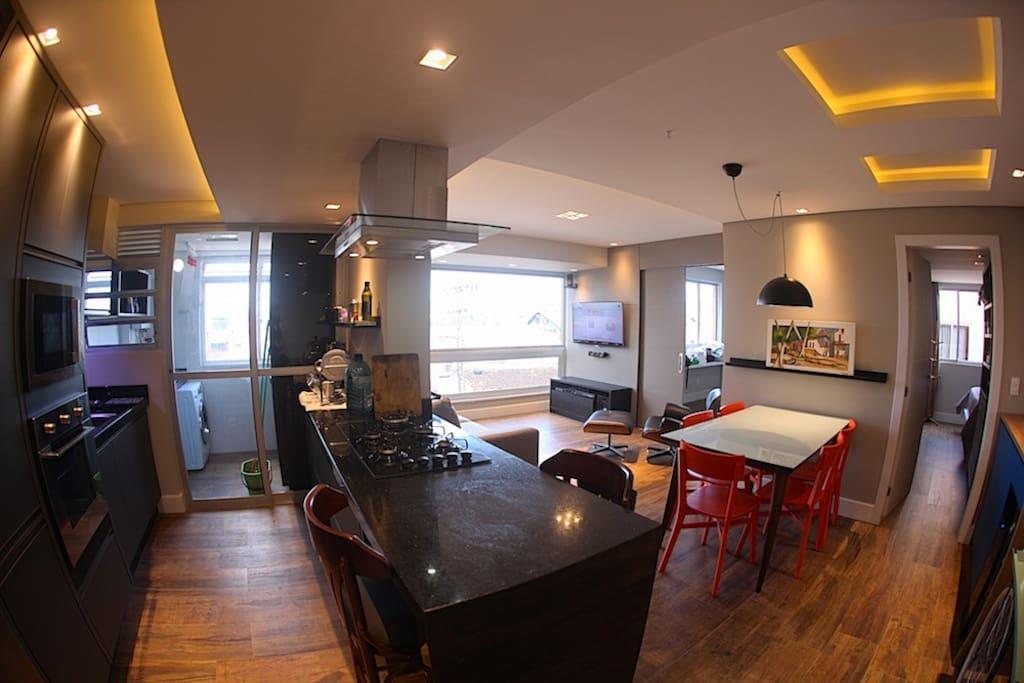 Cozinha do tipo ilha integrada às salas