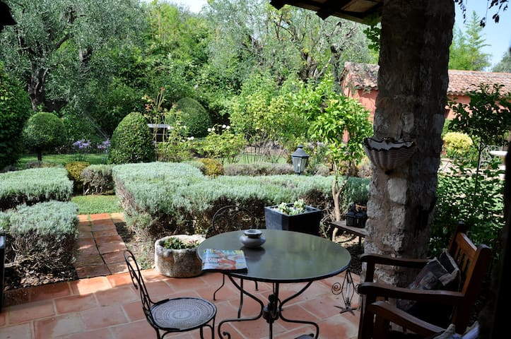 "Authentic Provencal Dbl Rm ""Purple"" - Mouans-Sartoux - Bed & Breakfast"
