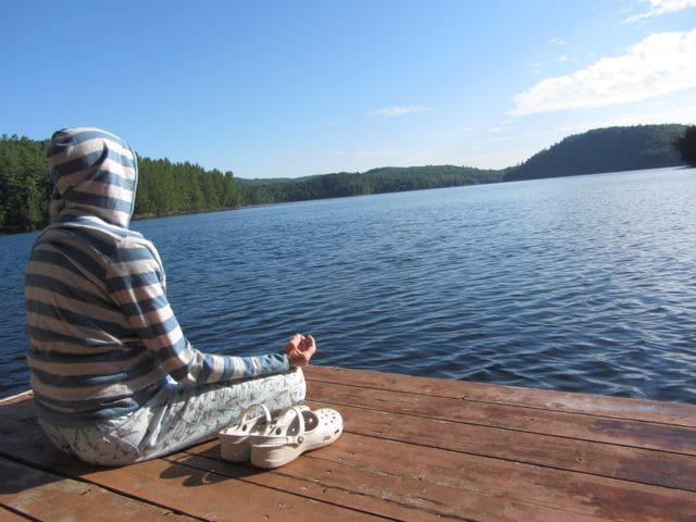 Paradis de nature, bord de lac à l'eau cristalline