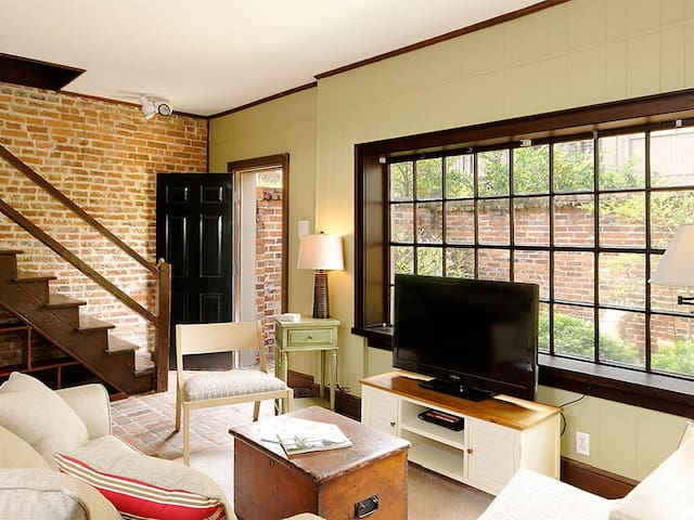Romantic Carriage House w/Reserved Parking