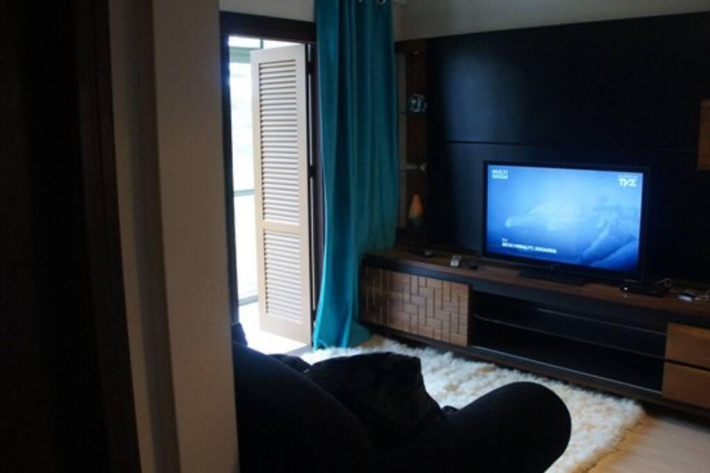 TV com acesso a SKY, diversos canais. Sofá super confortável.