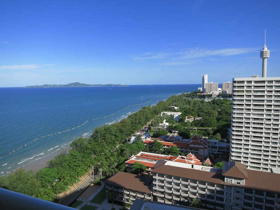 Koh Larn Island at the horizont and Dong Tan Beach at your feet. At your right you recognize Pattaya Tower