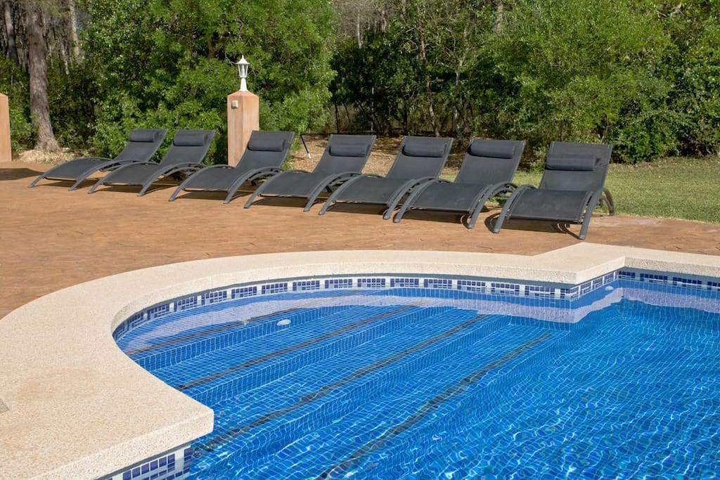 otra vista de la piscina con las tumbonas