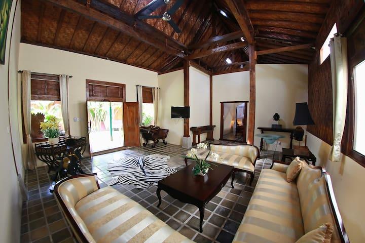 Stylish  Tropical Villa with Jacuzzi Pool - North Kuta - Casa
