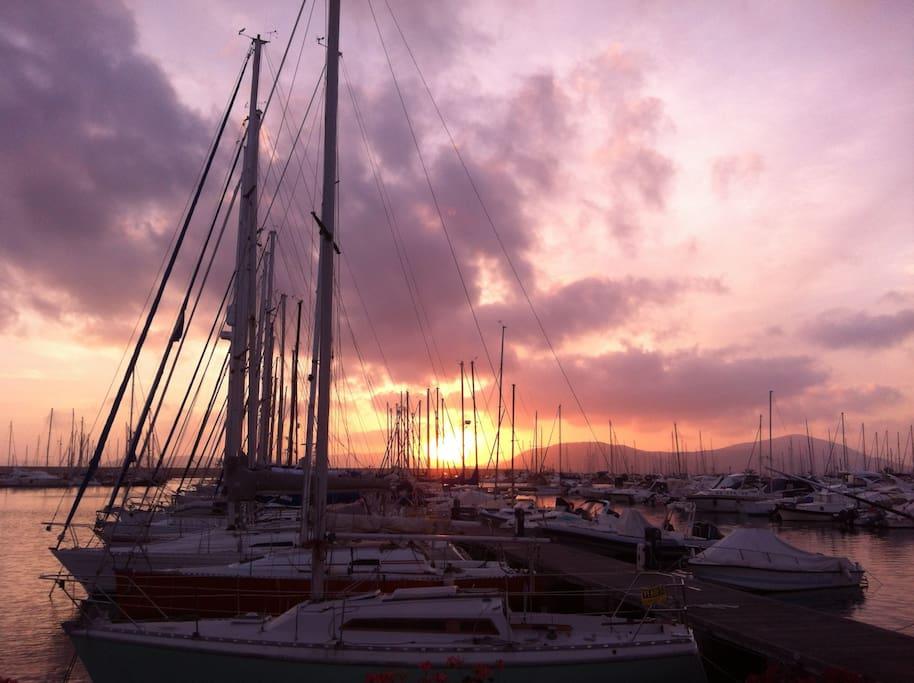 Il Bellissimo porto di Alghero al tramonto