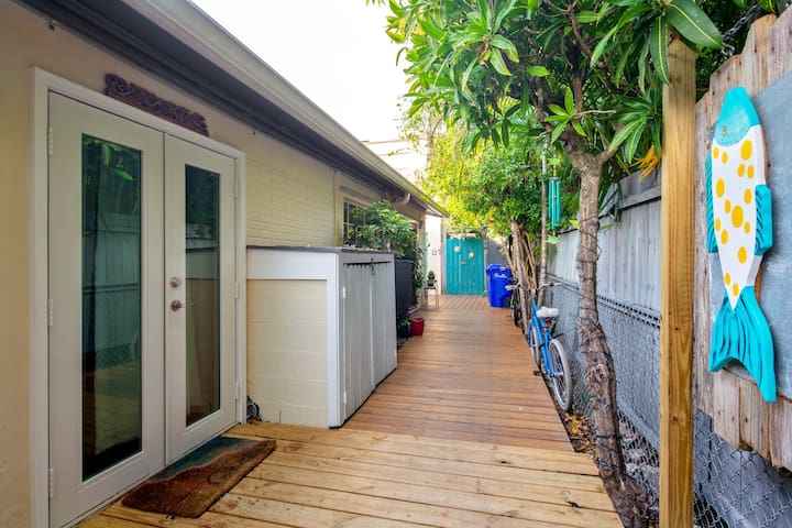 Newly-renovated, dog-friendly studio w/ a shared yard in Old Town
