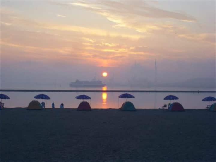 沙滩浴场-赶海+出海捕捞+高铁站+品尝自产海鲜【独享90平2室1厅 海岸线特价房1-5人】