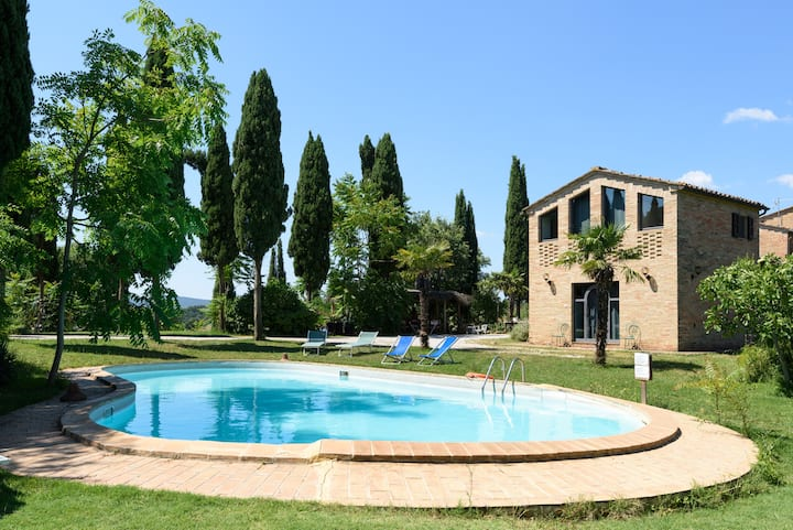 SUPERHOST Peaceful room for 3. Agriturismo & pool