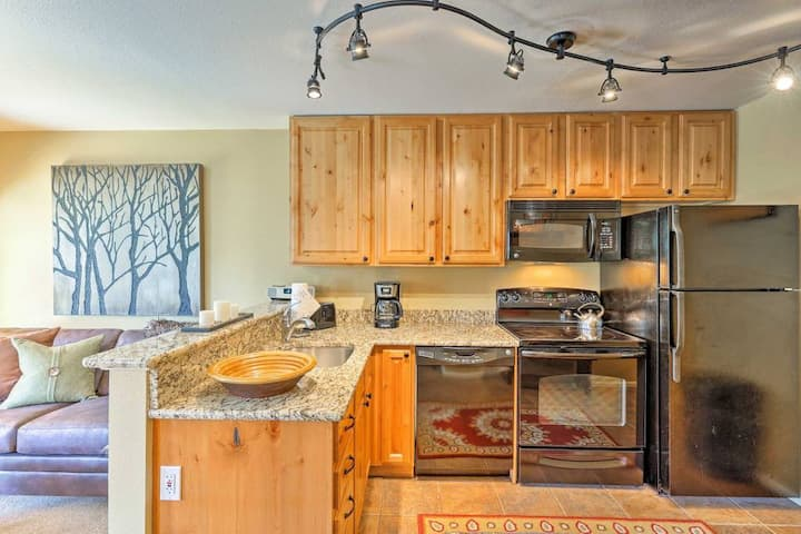 Dog Friendly! Ski-in/Creekside 1BR Walk to Town!