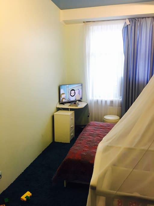 Спальня с телевизором.