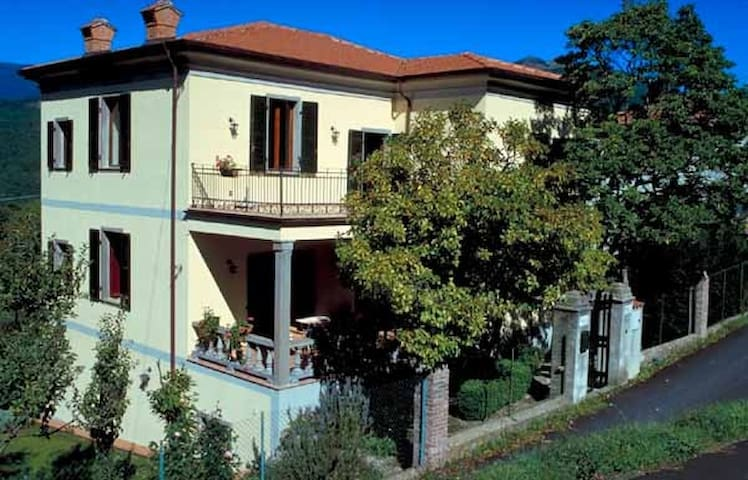 Villa anni 20 con giardino. - Versola - Villa