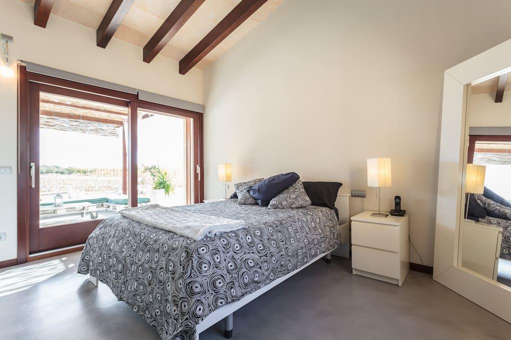 La habitación comunica directamente con la terraza.