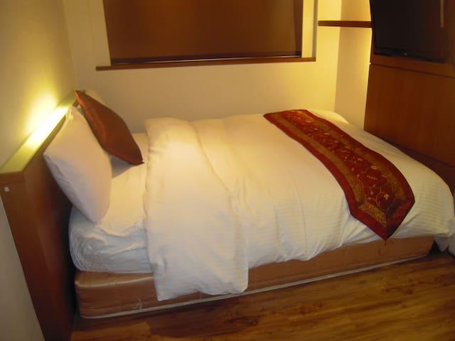 標準單人套房(一大床獨立衛浴附早餐)