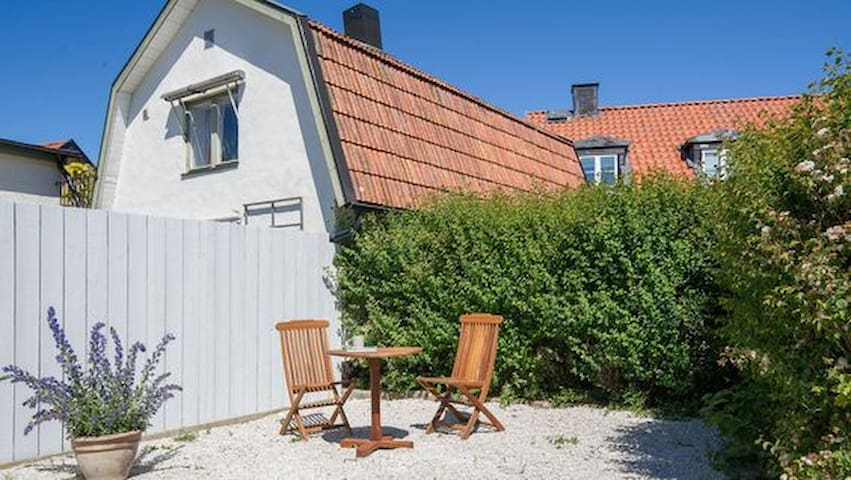Fin 2:a med uteplats i Visby Innerstad - Visby - Apartment