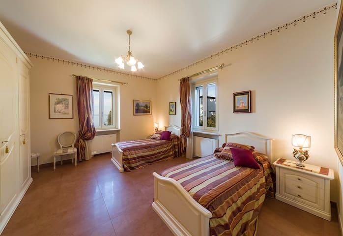 3rd bedroom 180° lake view (1st floor)