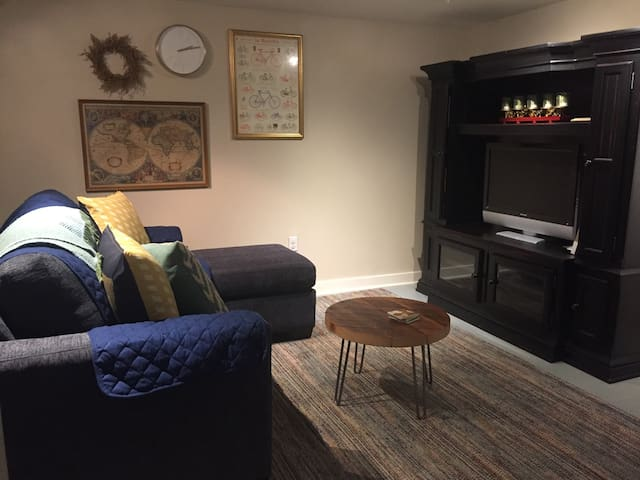 Cozy basement apt. in Alberta Arts