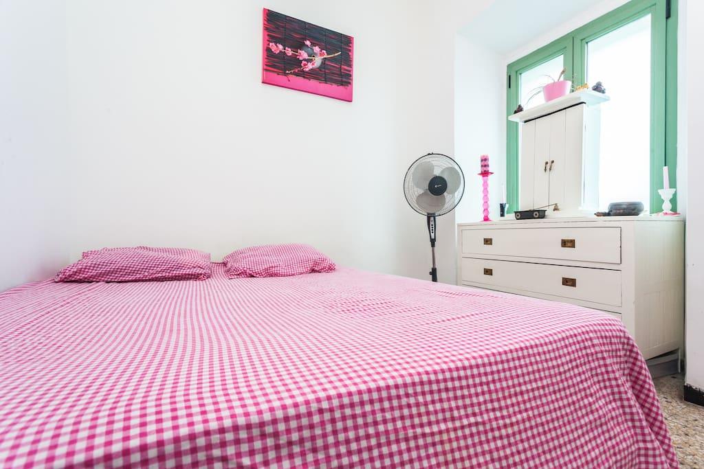 Chambre claire avec grand lit