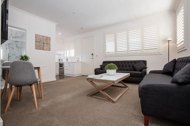 Newington Apartments - Apt 1 Twin Queen, New!