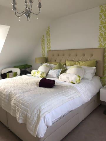 Luxurious spacious top-floor  en-suite bedroom
