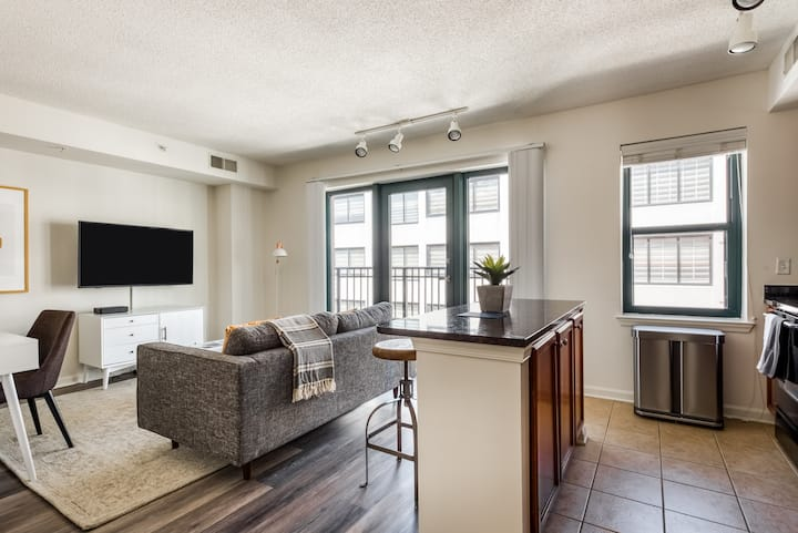 Upscale 1BR in DC near Metro, Gym + Pool Deck