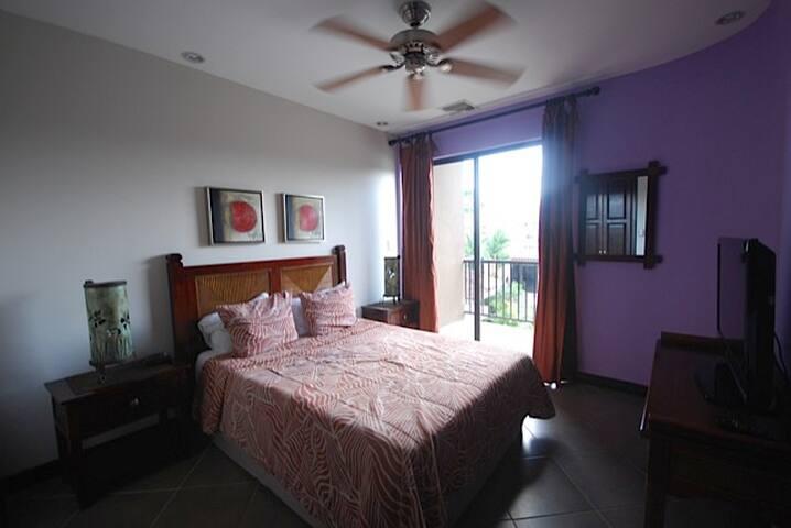 Second bedroom-queen size bed