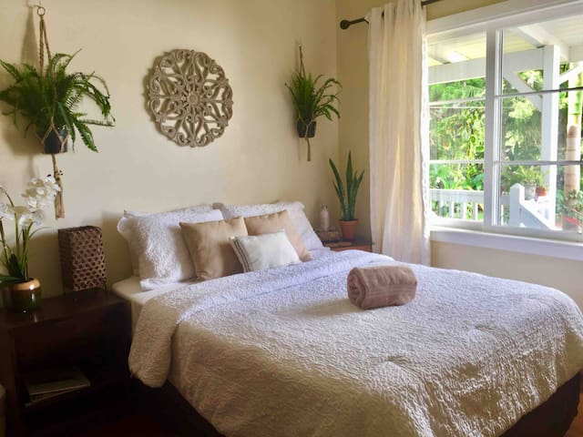 Bright Airy Room in Upcountry Paradise + Breakfast