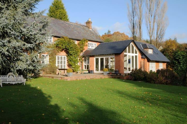 Tilford, Surrey. Sleeps 8 - Surrey - Casa