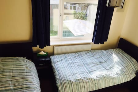 Private room in a 3 bedroom home - Hounslow
