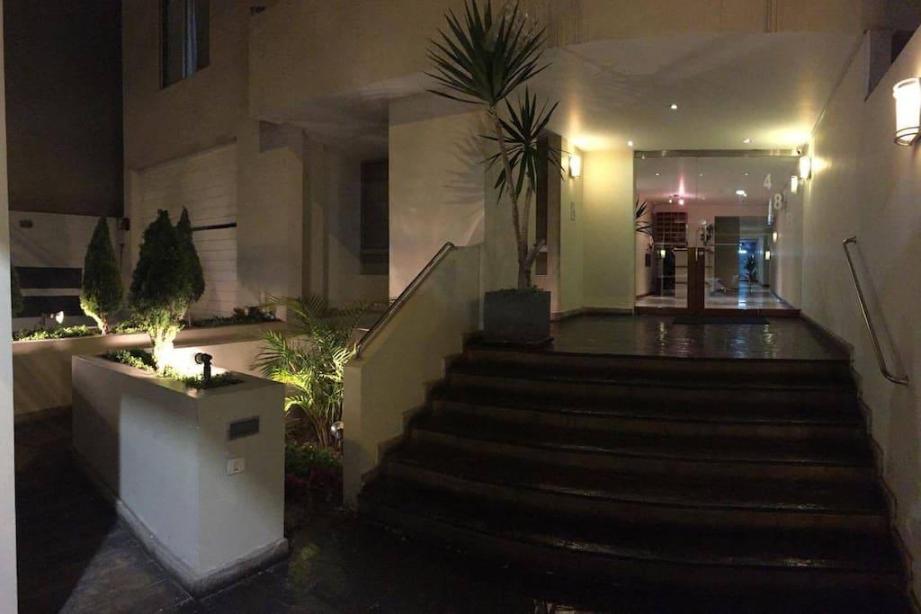 Entrada del edificio / Building entrance